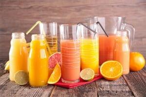 Co zawiera więcej kalorii - kola czy sok?