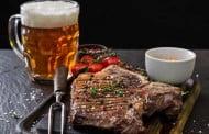 Dlaczego nie należy popijać dań mięsnych?