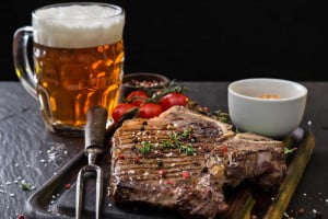 Popijanie dań mięsnych używkami to jedno z większych zaniedbań diety! Zobacz dlaczego!